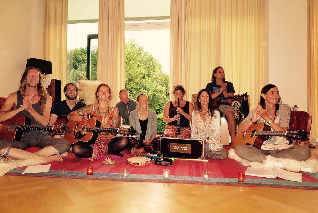 Satsang en Savituriya mantra concert in Lourdes kerk